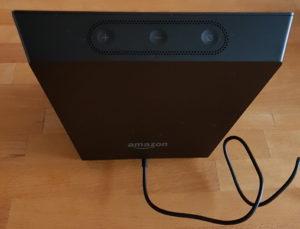Das Amazon Echo von hinten - außer dem Netzstecker-Eingang und den drei Tasten für Lautstärke und Deaktivieren ist nichts vorhanden