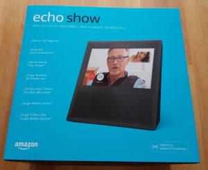 Die Box des Amazon Echo Show. Die neuen Video-Funktionen (Videotelefonie & Überwachungskameras) werden als erstes beworben