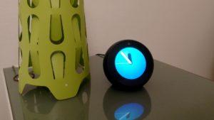 Amazon Echo Spot auf dem Nachttisch