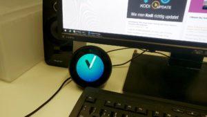 Echo Spot auf dem Schreibtisch im Büro - hier blüht er auf