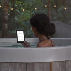 Dank IPX8 kann der Kindle Paperwhite zum Lesen in der Badewanne verwendet werden