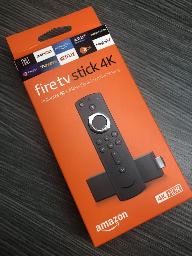 Die Vorderseite des 4K Fire TV Stick 3 mit der neuen Sprachfernbedienung der 2. Generation