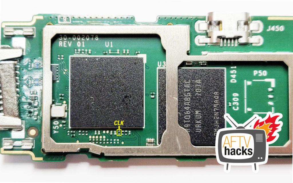 Und dann müsst Ihr den CLK-Port mit dem Rahmen des Heatspreders kurzschließen - also bspw. mit einer Büroklammer, Metallpinzette, Draht oder einem Schlitz-Schraubenzieher verbinden