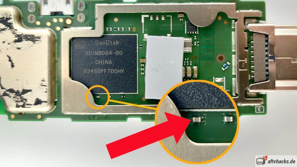 Hier seht Ihr den winzigen Kondensator, dessen linke Seite mit dem Gehäuse durch ein Kabel verbunden werden muss - also kurzgeschlossen.